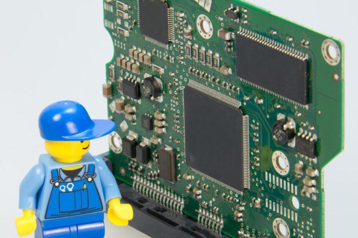 Das Foto symbolisiert einen Qualcomm Chip im Smartphone. Es zeigt eine Platine mit Chipsätzen. Davor ein Lego-Männchen. Foto: Pixabay