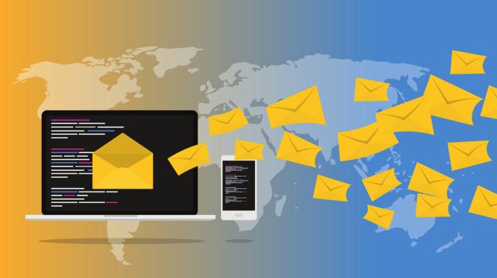 Computer versendet nicht nur eine Amazon-E-Mail. Im Hintergrund eine Weltkarte. Foto: Pixabay