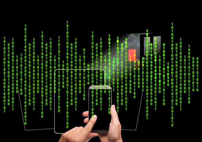 Binäre Zeichen vor schwarzem Hintergrund symbolisieren die vorinstallierte Schadsoftware, die Kontakt zum Server aufnimmt. Foto: Pixabay