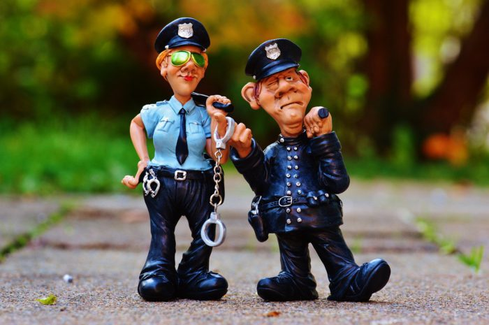 Überbringen zwei Polizisten mit Knüppel und Handschellen die Vorladung der Polizei? Foto: Pixabay