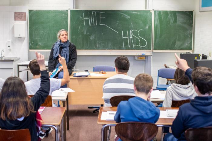 Diskussion im Klassenraum zum Thema Hate Speech (Bild: klicksafe.de)