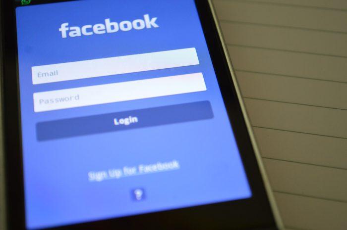 Smartphone mit dem Login-Bildschirm von Facebook symbolisiert die offenen Facebook-Passwörter. Foto: Pixabay