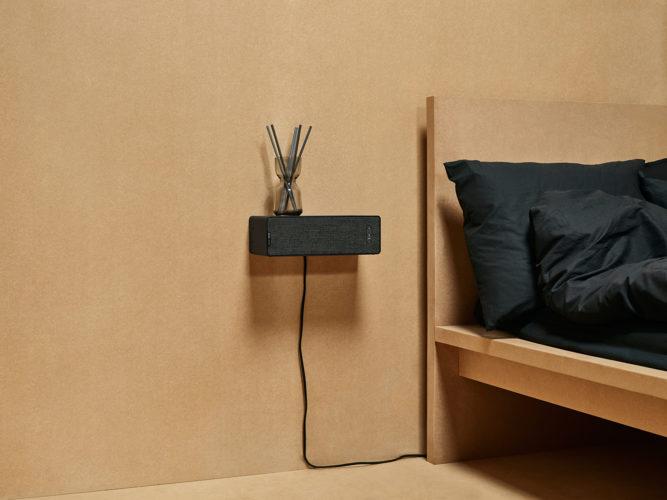 Zu sehen ist der IKEA SYMFONISK Regal-WifI-Speaker als Nachttisch neben einem Bett. Bild: obs/IKEA Deutschland GmbH & Co. KG/Inter IKEA Systems B.V. 2019