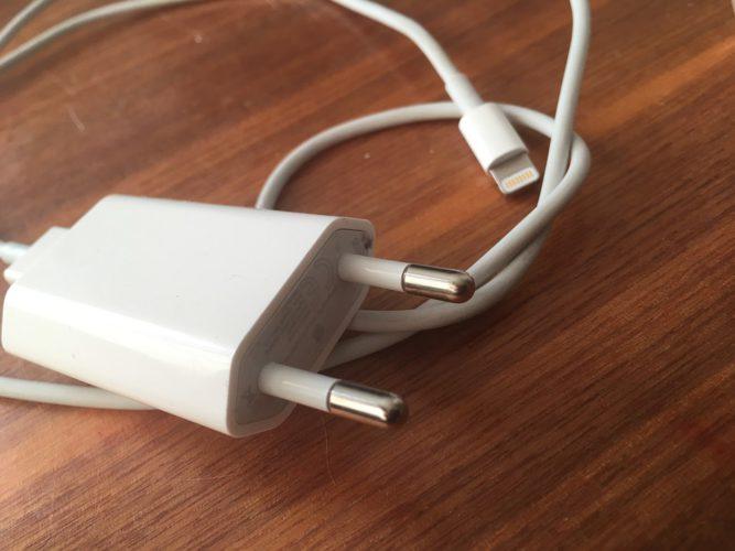 iPhone-Ladegerät auf Holztisch liegend ((Bild: pixabay.com/kropekk_pl)