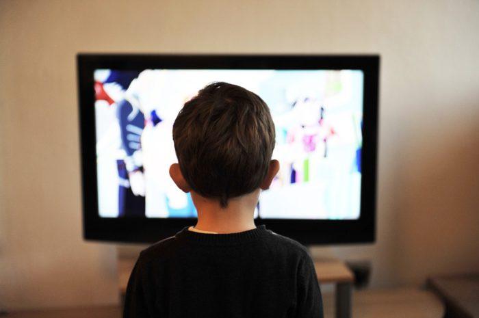Zu sehen ist die Rückansicht eines Jungen vor einem Fernseher. Die WHO stellt in Sachen Kindergesundheit Richtlinien für die Bildschirmzeit auf. Bild: pixabay.de/mojzagrebinfo
