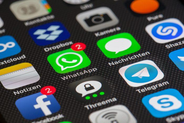 Das Bild zeigt einen Ausschnitt eines Handydisplays mit zahlreichen App-Icons, vor allem Messenger, die nd eBundestrojaner bekommen sollen. Foto: Pixabay