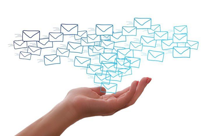 Hand mit vielen E-Mail-Symbolen. (Bild: (Bild: pixabay.com/geralt)