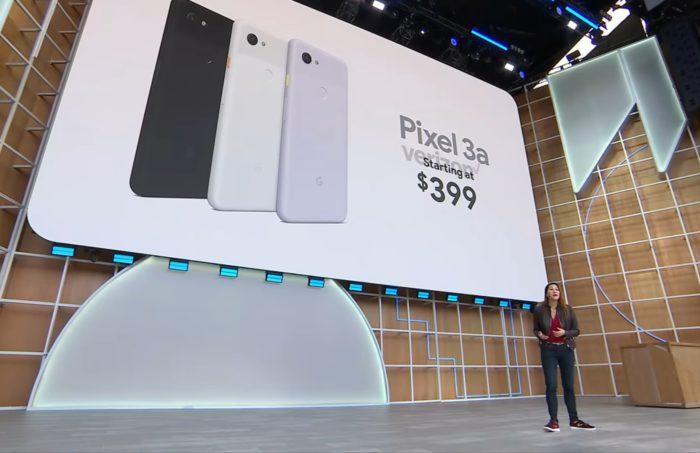 Zu sehen sind auf der Leinwand über der Bühne des Google-Events drei Handys des Modells Pixel 3a in den drei verfügbaren Farben schwarz, weiß und lila. Bild: Screenshot/Google I/O '19 Livestream bei Google