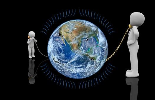 Zwei symbolische Menschen telefonieren rund um den Globus miteinander. Foto: Pixabay
