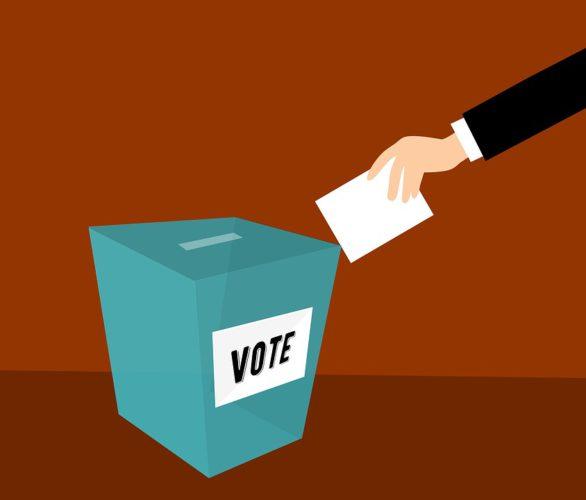 """Zu sehen ist eine Zeichnung von einer Wahlurne. Ein Arm ragt von rechts in das Bild hinein und scheint einen Brief in die Wahlurne werfen zu wollen. Vielleicht hat die Person vorher die App Talking Europe unter dem Motto """"Diskutier mit mir"""" verwendet. Bild: www.pixabay.com/mohamed_hassan"""