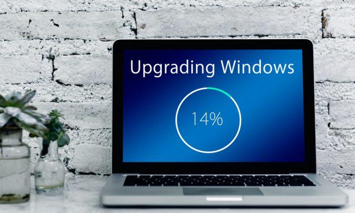 Zu sehen ist ein Laptop auf einem Tisch direkt vor einer Wand. Upgrading Windows ist gerade im Prozess, ein neues Betriebssystem wird aufgespielt. Bild: www.pixabay.com / Gerd Altmann