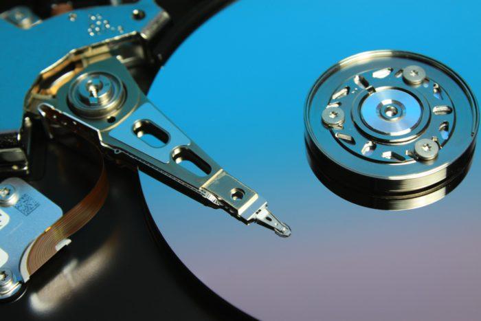 Zu sehen ist eine Festplatte. Vielleicht steht das Festplatte einbauen an. Bild: www.pixabay.com / MH Rhee
