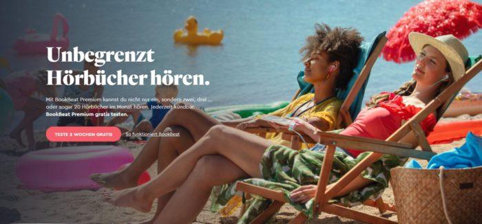 Zu sehen ist ein Screenshot der Webseite von BookBeat, Darauf zu sehen sind zwei Frauen in Strandliegen am Meer, die Handy und Kopfhörer nutzen. Bild: Screenshot