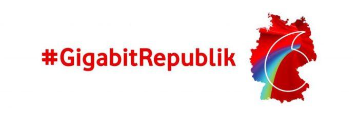 """In roter Schrift auf weißem Hintergrund ist """"#GigabitRepublik"""" zu lesen. Durch Vodafone übernimmt Unitymedia ist der Weg dazu frei. Daneben ist die mit dem Vodafone Logo hinterlegte Silhouette Deutschlands zu sehen. Bild: Vodafone"""