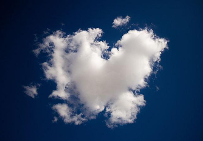 Pegasus-Spyware: blauer Himmel mit einer weißen Wolke. Bild: Unsplash/Dallas Reedy