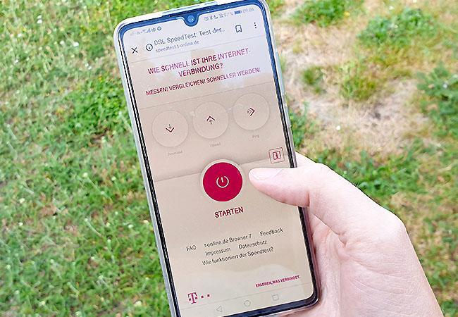Zu sehen ist eine Hand, die ein Smartphone hält. Darauf ist der Speedtest der Telekom aufgerufen. Wie der Test wohl nach dem 5G-Ausbau aussieht? Bild: PC-SPEZIALIST