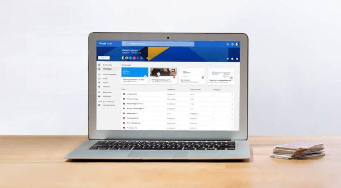 Zu sehen ist ein Laptop auf einem Tisch. Aufgerufen ist Google Drive. Der Cloud-Dienst soll durch die Pegasus-Spyware aufgerufen werden können. Bild: Screenshot Google Drive
