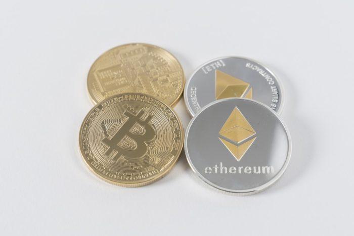Zwei Bitcoin- und Ether-Münzen. unsplash.com/Thought Catalog