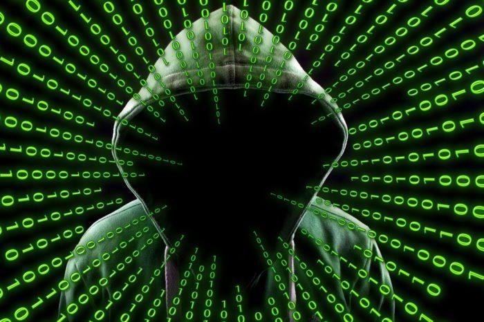 Schwarzer Hintergrund mit mittig auf eine gesichtslose Person zulaufenden binären Zeichen, symbolisiert den Angriff durch die Mahnung per E-Mail. Foto: Pixabay