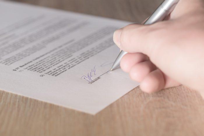 Zu sehen ist ein Hand, die mit einem Kugelschreiber einen Vertrag unterschreibt. Bild: www.pixabay.com / Andreas Breitling