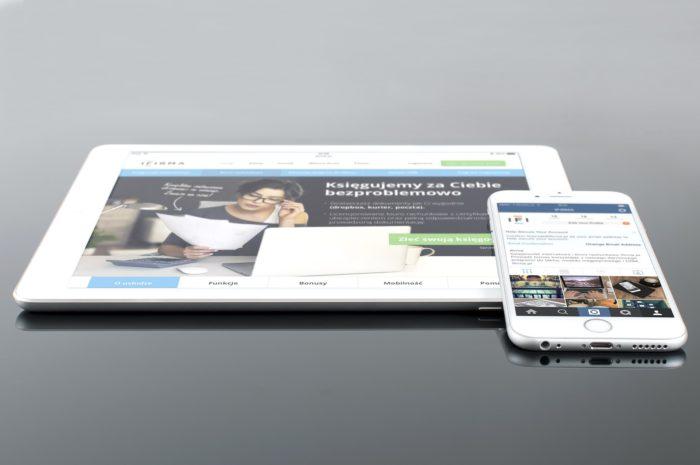 Zu sehen sind ein iPad und ein iPhone. Auf den Geräten muss unbedingt das Apple-Update iOS 12.4.1 eingespielt werden. Bild: www.pixabay.com / William Iven