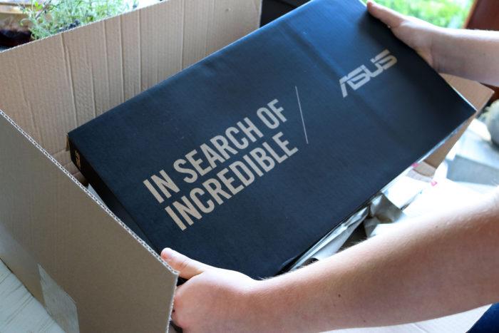 Zu sehen ist, wie eine Person einen Laptop-Karton aus einem geöffneten Amazon-Paket entnimmt. Foto: PC-SPEZIALIST