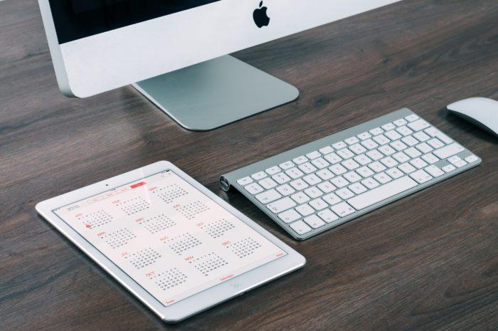 Zu sehen sind ein iPad und ein Mac-Rechner. E-Mail-Konto einrichten und Kalender synchronisieren steht hier an. Bild: www.unsplash.com / William Iven