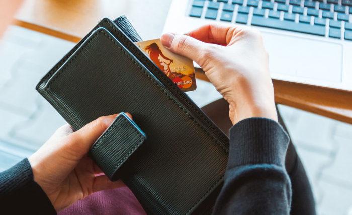 Person zieht nach Mastercard-Datenleck Kreditkarte aus Portemonnaie. Foto: Pixabay