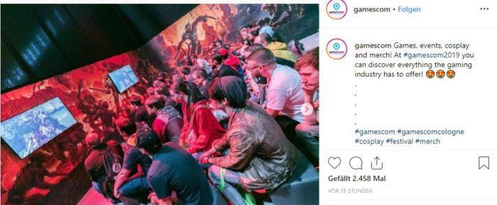 Die Gamescom Köln zeigt junge Leute, die sich auf Leinwänden Spielszenarien anschauen. Foto: Instagram/gamescom