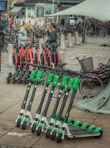 Zwei Gruppen von auf dem Fußweg wild abgestellten E-Scootern sind der Preis der urbanen Mobilität. Foto: Pixabay