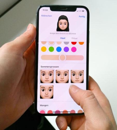 Zu sehen sind zwei Hände mit einem iPhone, darauf der Memoji-Konfigurator. Per Umweg sind auch Android-Memoji möglich. Bild: PC-SPEZIALIST