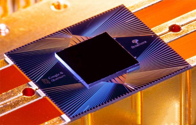 Was ist ein Quantencomputer? Ein schneller Rechner, mit einem hier abgebildeten Sycamore-Chip. Bild: Google