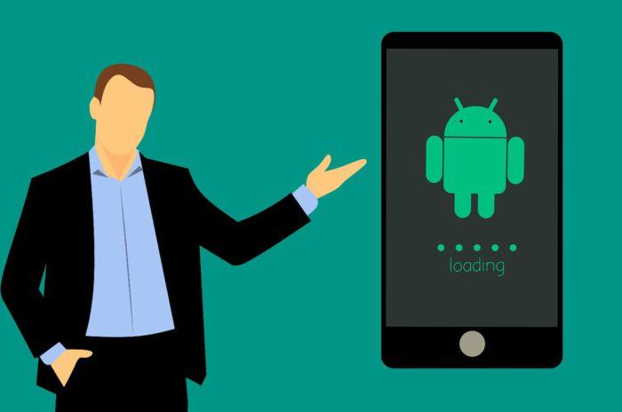 Das Bild zeichnet einen gezeichneten Menschen, der auf ein Android-Handy zeigt. Welche Android-Version nutzt er? Bild: Pixabay