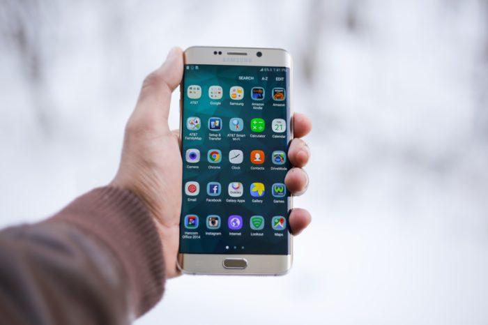 Hand hält Handy, auf dem App-Icons zu sehen sind. Bild: Pixabay
