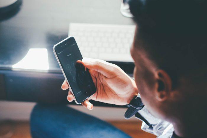 Mann mit Handy. Ob er Handy-Betrug begeht? Foto: Pixabay