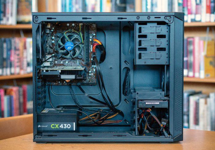 Zu sehen ist ein aufgeschraubter Desktop-PC. Es wird geprüft, ob das Netzteil kaputt ist. Bild: Unsplash/Luke Hodde