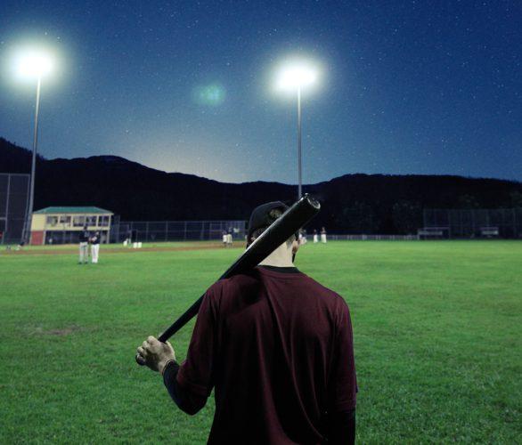 Das Bild zeigt einen traurig anmutenden Jugendlichen auf einem Baseball-Feld. Gaggle soll Schüler vor Suizid bewahren. Bild: Unsplash/Christopher Campbell