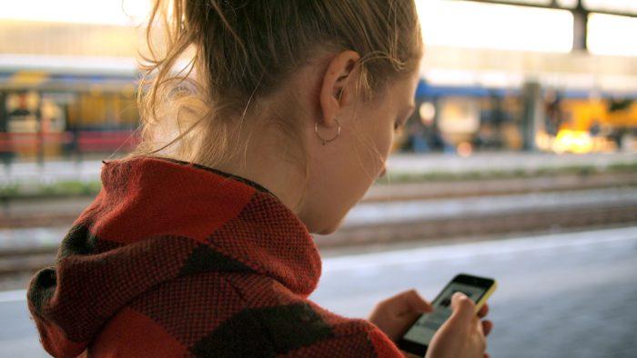 Das Bild zeigt eine Frau, die ein Smartphone hält und die Tastatur-App ai.Type nutzt. Bild: Unsplash/Daria Nepriakhina