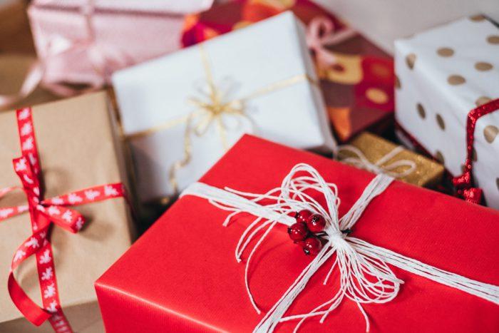 Zu sehen sind vmehrere Geschenke. Vielleicht befinden sich darin die Technik-Trends 2019. Bild: Unsplash/freestocks.org
