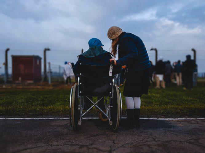 Das Bild zeigt einen Mann im Rollstuhl, der nach den Moderationsrichtlinien der TikTok-App diskriminiert wird. Bild: Unsplash/Josh Appel