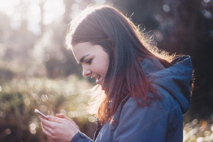 Das Bild zeigt ein Mädchen, welches ein Handy bedient. Muss es Angst vom WhatsApp-Aus haben? Die gute Antwort heißt: nein. Aber eventuell müssen wir uns mit ein paar Änderungen anfreunden. Bild: Unsplash/Luke Porter