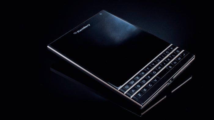 Das Bild zeigt ein Blackberry-Smartphone. Der Smartphone-Hersteller Blackberry verklagt Facebook, Software-Patente gestohlen zu haben. Jetzt droht nicht nur das WhatsApp-Aus. Bild: Unsplash/mnm.all