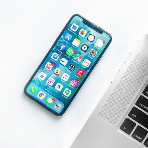 Das Bild zeigt ein Smartphone, auf dem sich vielleicht einige der besten Apps 2019 befinden. Bild: Unsplash, Rahul Chakraborty