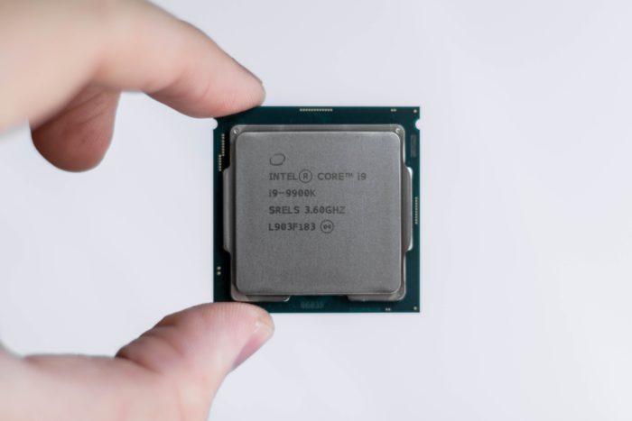 Zu sehen ist ein Prozessor, der von zwei Fingern gehalten wir. Wie andere Bestandteile eines Computers kann der Prozessor ausgetauscht werden. Bild: Unsplash/Christian Wiediger