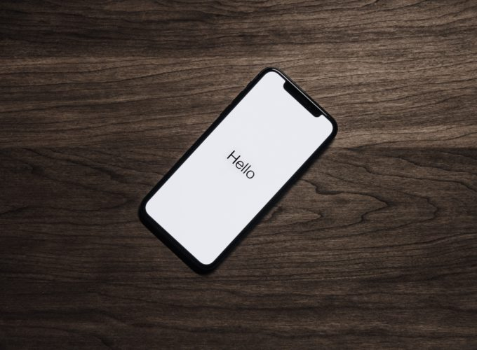 Das Bild zeigt ein iPhone, auf dem Hello geschrieben steht. Was wohl das neue iOS 14 bringt? Bild: Pexels/Tyler Lastovich