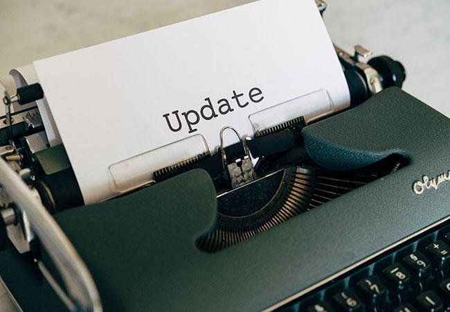 Verifizierungscode per SMS: Schreibmaschine mit Papier und dem Schriftzug Update. Bild: Unsplash/Markus Winkler