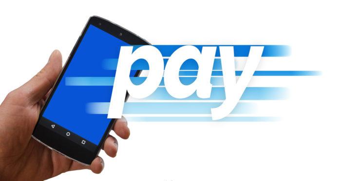 PayPal Kosten kommen nur auf die Verkäufer zu. Bild zeigt Bezahlvorgang mittels Smartphone. Bild: Pixabay