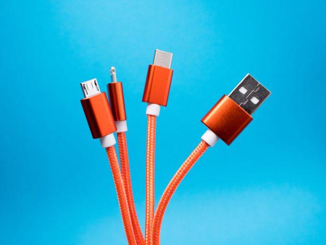 Zu sehen sind verschiedene USB-Anschlüsse. Die Frage ist: Was ist USB-C? Bild: Unsplash/Lucian Alexe