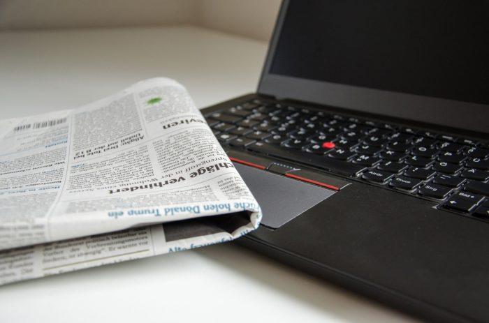 Dieses Bild zeigt einen Laptop und eine zusammengefaltete Zeitung. Berichte und Warnungen vor Internetkriminalität solltet ihr ernst nehmen!
