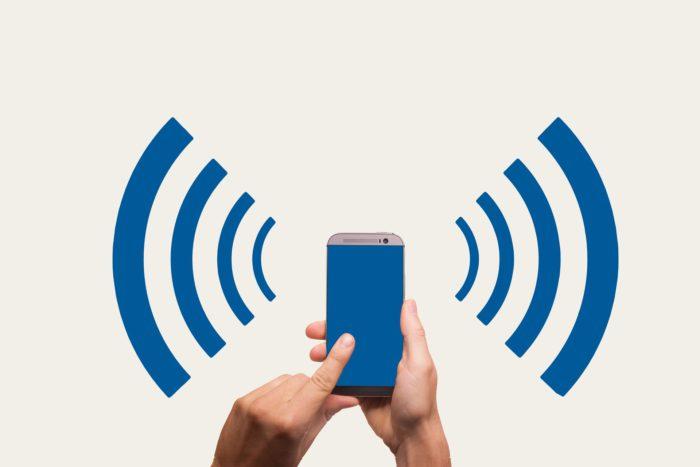 Das Bild zeigt ein Handy, von dem ein WLAN-Signal ausgeht. Mit Kr00k wird das WLAN zum Einfallstor für Hacker. Die WLAN-Sicherheitslücke von Geräten der Firma Broadcom gefährdet Milliarden Geräte. Bild: Pixabay/geralt